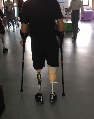 左大腿右小腿假肢